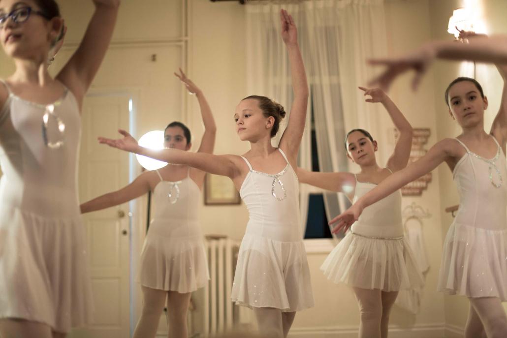 Niñas bailando en Danza María Fernanda